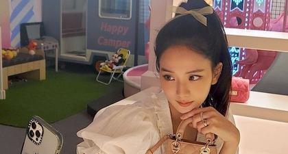 Intip Penampilan Jisoo Blackpink dan Suzy Bae Saat Berfoto Bersama Koleksi Tas Mikro Dior