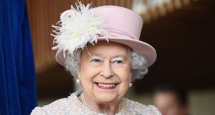 Ratu Elizabeth Diketahui Memajang Foto Pangeran Harry & Meghan Markle di Kantornya