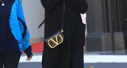Angelina Jolie Mengganti Masker Wajahnya dengan Syal Sutra di Los Angeles