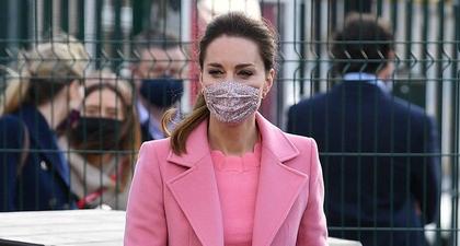 Kate Middleton Tampak Siap Menyambut Musim Semi dalam Balutan Mantel Pink dan Celana Model Flared