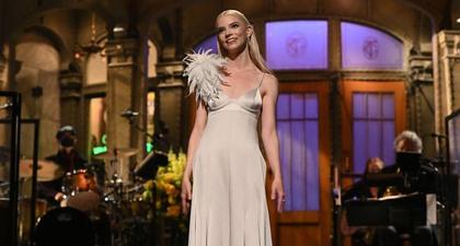 Simak Sederet Penampilan Anya Taylor-Joy yang Bernilai Fantastis ketika Menjadi Pembawa Acara di Saturday Night Lives Awal Pekan Ini