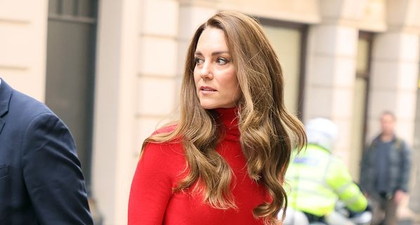Kate Middleton Tampil Monokrom dengan Turtleneck Merah Cerah dan Rok Midi Senada