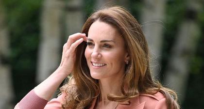 Kate Middleton Padukan Blazer Pink dengan Celana Denim & Sneakers ketika Berkunjung ke Museum di London