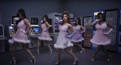 Ariana Grande Berubah Menjadi Fembot dalam Video Musik Terbarunya