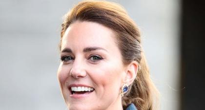 Kate Middleton Mengenakan Mantel Trench Bermotif Plaid Saat Menyaksikan Film Cruella