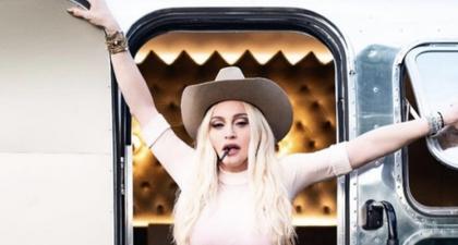 Apakah Ini Pertanda Madonna Sedang Mencoba Tinggal di Dalam Mobil Van?