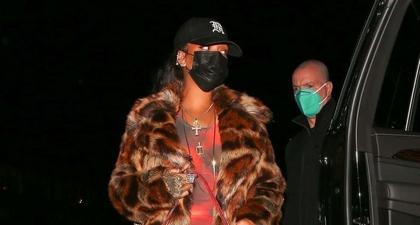 Rihanna Mengenakan Mantel dengan Motif Leopard, Gaun Berbahan Tipis, dan Topi Baseball di Santa Monica