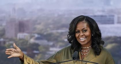 Michelle Obama Kunjungi Kampung Halaman Mengenakan Setelan Berwarna Hijau Zaitun