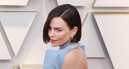 Charlize Theron Menampilkan Warna Rambut Barunya Di Oscar