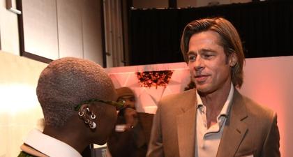 Brad Pitt Mengenakan Tanda Pengenal di Makan Siang Oscar
