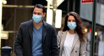 Katie Holmes Padukan Blazer & Sweatpants saat Kencan di NY