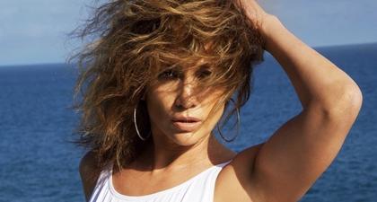 Jennifer Lopez Bagikan Foto Seksi di Tepi Laut