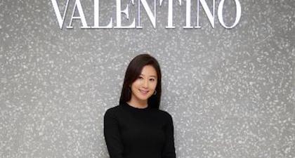 Tampilan Elegan Kim Hee Ae Mengenakan Rok Slit Valentino